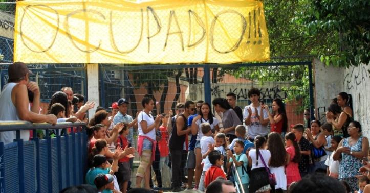 19nov2015---estudantes-ocuparam-na-madrugada-desta-quinta-feira-26-a-escola-estadual-brigadeiro-gaviao-peixoto-em-perus-na-zona-norte-da-capital-paulista-segundo-os-alunos-a-policia-militar-foi-ate-1447941942802_956x5