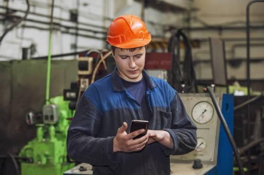 operador-de-maquinas-usando-celular-na-empresa